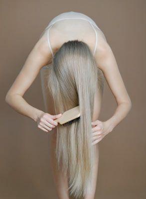 7. Saçın yağlandı ama yıkamaya zamanın mı yok? Saç diplerine biraz pudra dök ve başını öne eğerek saçlarını fırçala.